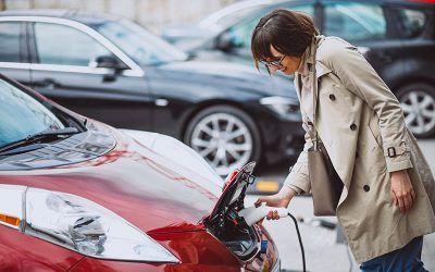 Por qué comprar un coche eléctrico y no un híbrido enchufable